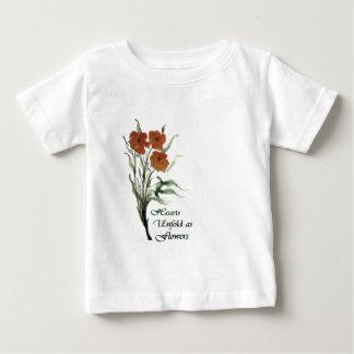 Los corazones revelan como flores playera para bebé