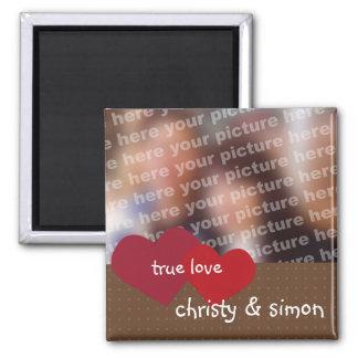 Los corazones rojo marrón verdad a la tarjeta del  imán de frigorífico