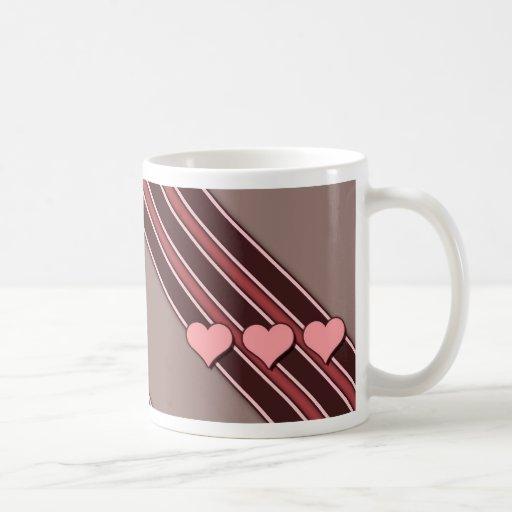 Los corazones rosados en Brown rayan la taza del