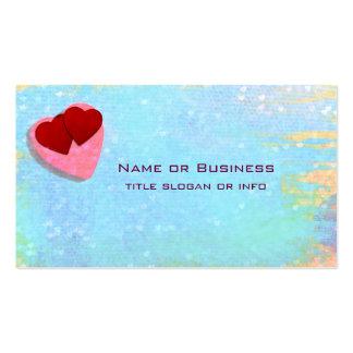 Los corazones rosados y rojos en un azul tarjetas de visita
