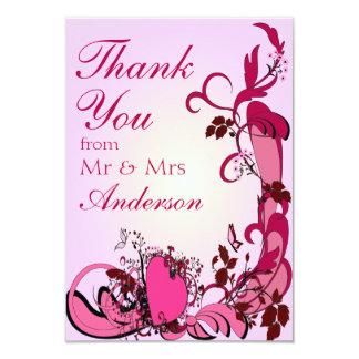Los corazones y el casarse rosados de las flores invitación 8,9 x 12,7 cm