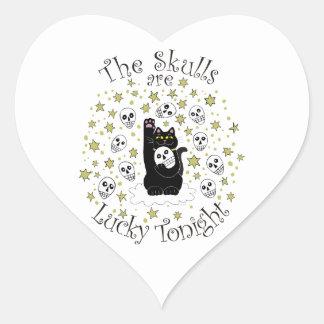 Los cráneos son afortunados esta noche pegatina en forma de corazón