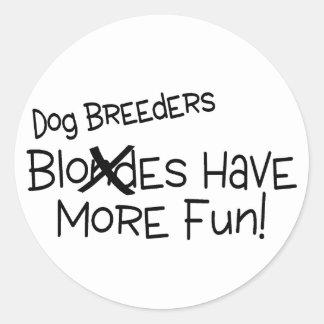 Los criadores de perros se divierten más etiqueta