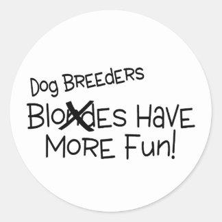 Los criadores de perros se divierten más etiqueta redonda