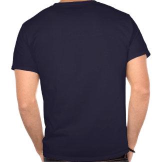 Los cuatro levantan camisetas