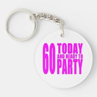 Los cumpleaños divertidos 60 de los chicas hoy y a llavero redondo acrílico a una cara