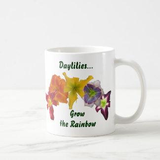 Los Daylilies crecen el arco iris Taza