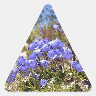 Los dedales de las hadas en las montañas francesas pegatina triangular