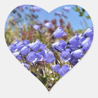 Los dedales de las hadas en las montañas francesas pegatina en forma de corazón