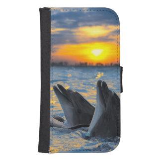 Los delfínes botella-sospechados en luz de la fundas billetera para teléfono