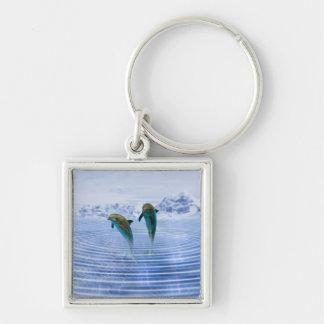 Los delfínes hacen ondulaciones llavero cuadrado plateado