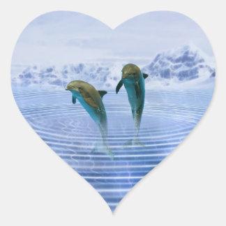 Los delfínes hacen ondulaciones pegatina en forma de corazón