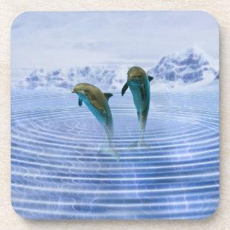 Los delfínes hacen ondulaciones posavasos de bebida