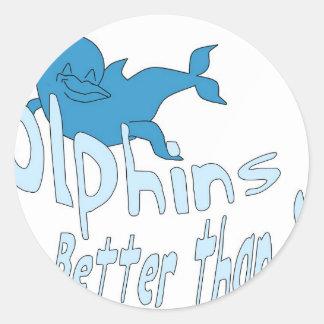 Los delfínes son mejores que usted (el texto azul) pegatina redonda