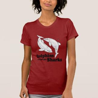 Los delfínes son tiburones gay camiseta
