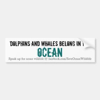 Los delfínes y las ballenas pertenecen en el océan etiqueta de parachoque