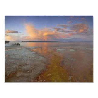 Los depósitos minerales coloridos emiten de la pis cojinete