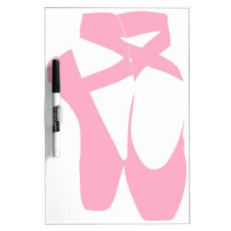 Los deslizadores rosados del ballet secan al pizarras blancas