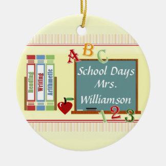 Los días escolares personalizaron el ornamento adorno navideño redondo de cerámica
