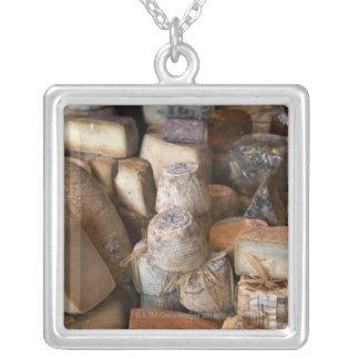 Los diversos quesos en mercado atascan, marco collar plateado