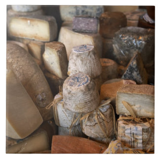 Los diversos quesos en mercado atascan, marco comp azulejo ceramica