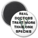 Los doctores reales Treat Más Que una especie Imán Redondo 5 Cm