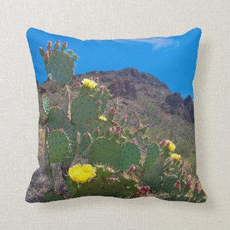 Los E.E.U.U., Arizona. Cactus en las colinas Cojines