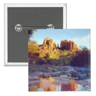 Los E.E.U.U., Arizona, Sedona. Reflejo de la roca  Pin Cuadrado