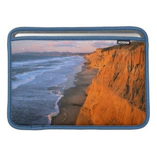 Los E.E.U.U., California, acantilados en la playa Funda MacBook