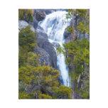 Los E.E.U.U., California. Pequeña cascada en Impresión En Lienzo Estirada