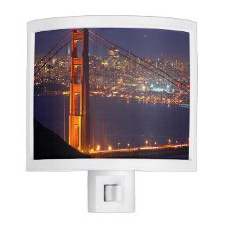 Los E.E.U.U., California. Puente Golden Gate en la Luces De Noche
