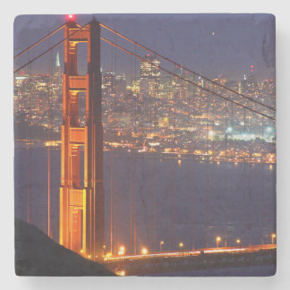 Los E.E.U.U., California. Puente Golden Gate en la Posavasos De Piedra