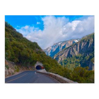 Los E.E.U.U., California. Túnel en el camino a Tarjetas Postales