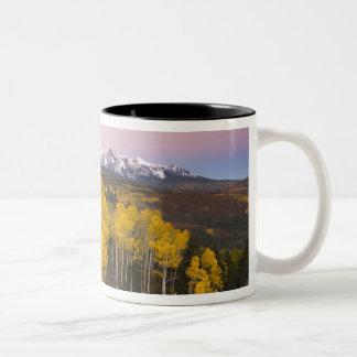 Los E.E.U.U., Colorado, montañas rocosas.  Amanece Taza Dos Tonos