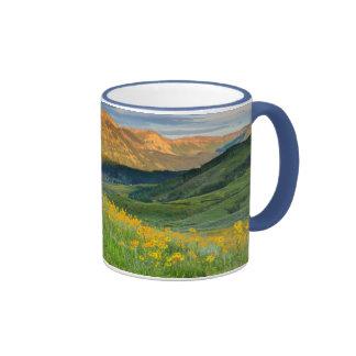 Los E.E.U.U., Colorado, mota con cresta. Paisaje 3 Tazas De Café
