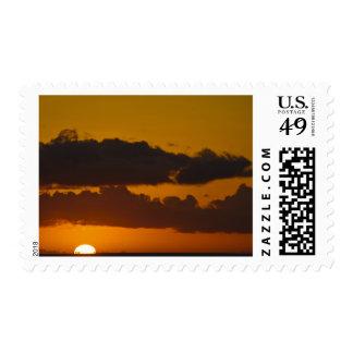 Los E.E.U.U., Hawaii, Maui. Puesta del sol en la Envio