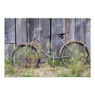 Los E.E.U.U., Oregon, curva. Una bici vieja dilapi Fotografía