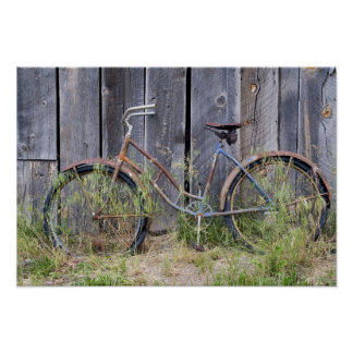 Los E.E.U.U., Oregon, curva. Una bici vieja dilapi Poster