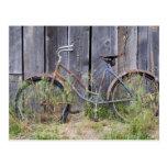 Los E.E.U.U., Oregon, curva. Una bici vieja dilapi Postal