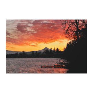 Los E.E.U.U., Oregon. Lago azul y capilla del Mt Impresión En Lienzo