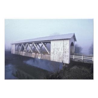 Los E.E.U.U., Oregon. Palmos del puente cubierto d Cojinete
