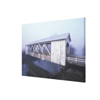Los E.E.U.U., Oregon. Palmos del puente cubierto d Impresiones En Lona Estiradas
