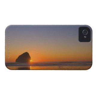 Los E.E.U.U., Oregon, playa con la roca de la pila Case-Mate iPhone 4 Protector