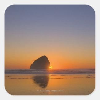 Los E.E.U.U., Oregon, playa con la roca de la pila Pegatina Cuadrada