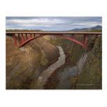 Los E.E.U.U., Oregon, río torcido que cruza del Postales