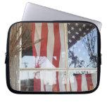 Los E.E.U.U., Oregon, Shaniko. Bandera en ventana  Fundas Computadoras