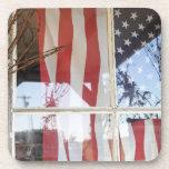 Los E.E.U.U., Oregon, Shaniko. Bandera en ventana  Posavaso