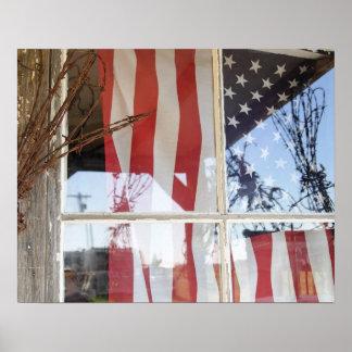 Los E.E.U.U., Oregon, Shaniko. Bandera en ventana  Póster