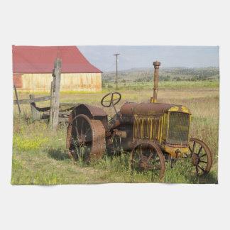 Los E.E.U.U., Oregon, Shaniko. Tractor oxidado del Toallas De Cocina