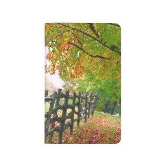 Los E.E.U.U., Vermont. Cerca debajo del follaje de Cuaderno Grapado